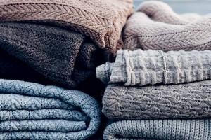 Как гладить шерстяные вещи, пуховик, плащ и дубленку?