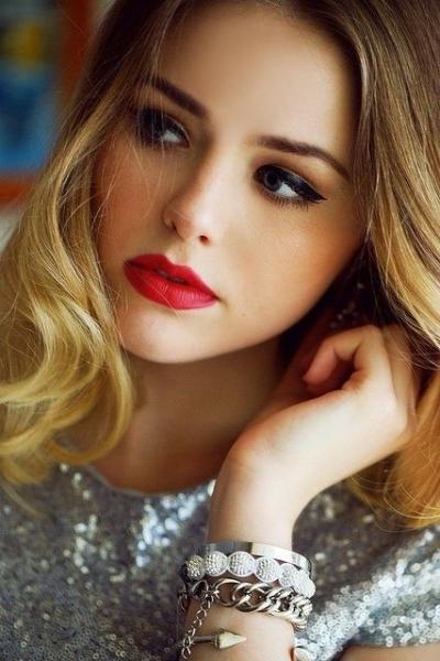Как подобрать оттенок красной помады брюнеткам и блондинкам? Варианты макияжа и полезные советы.