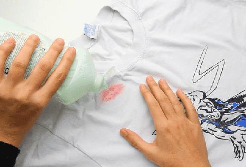 Как и чем можно отстирать помаду с белой и цветной одежды?