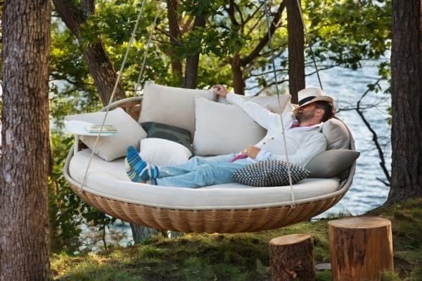 Парящая в облаках: Подвесная кровать в вашем интерьере